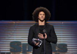 Colin Kaepernick recibe medalla por luchar contra el racismo