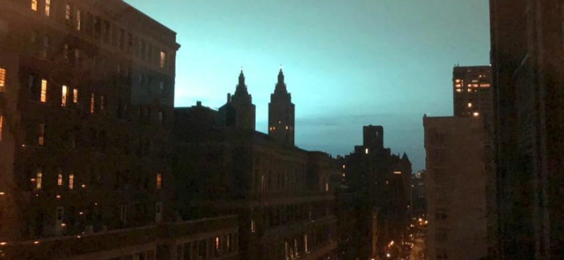 Luces azules pintan el cielo por explosión de planta eléctrica en Queens
