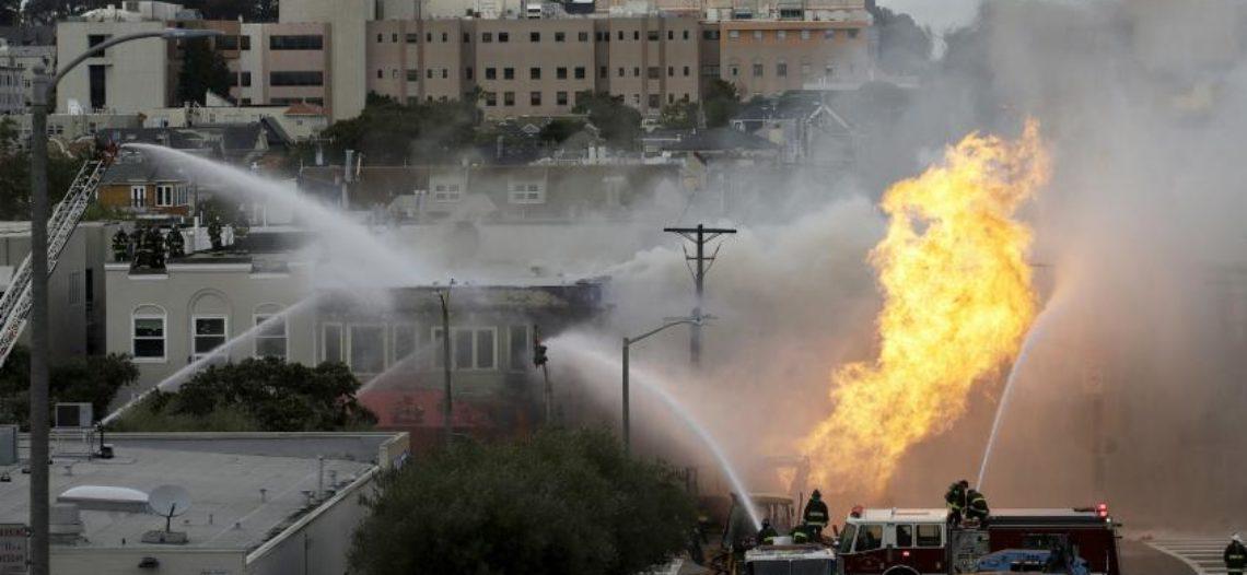 Explosión de tubería de gas incendia edificios en San Francisco