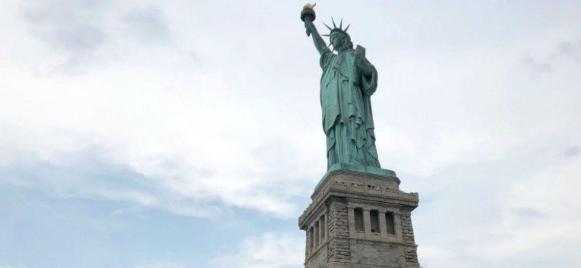 El poema en la Estatua de la Libertad recibe a migrantes europeos: Ken Cuccinelli