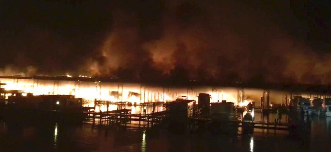 Incendio destruye embarcaciones en río de Alabama